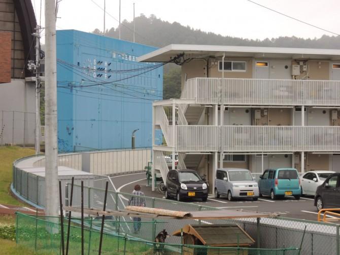高台の野球場に建てられた3階建ての被災者用住宅(女川町)