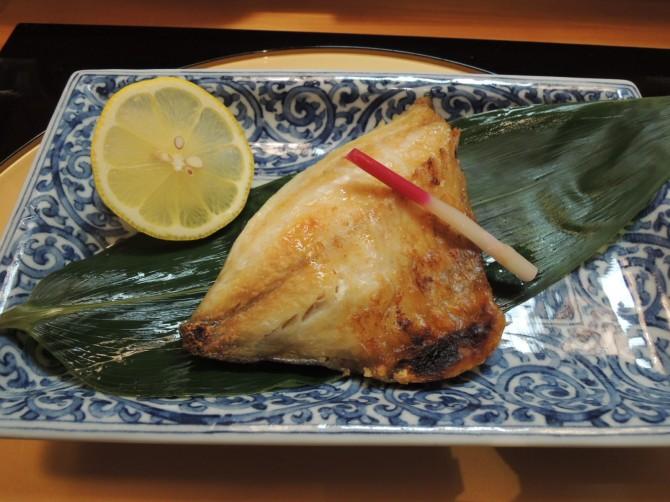 ここらの寿司屋や居酒屋では、定番の魚です