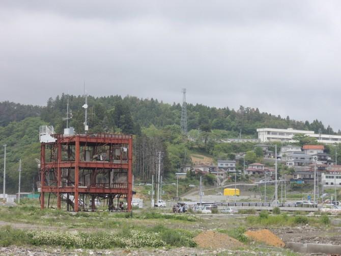 大津波にのまれた防災対策庁舎と難を逃れた高台地区