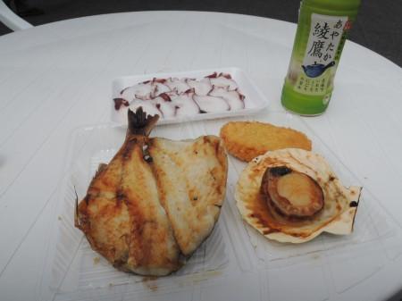 本日の特製ランチ。つぼ鯛塩焼き、ホタテ貝焼き、かまぼこコロッケ、ゆで水ダコのスライス