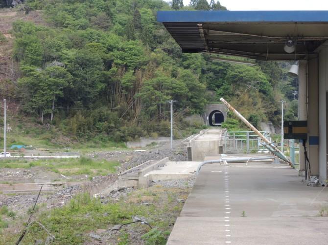 清水浜駅のホームと分断された軌道