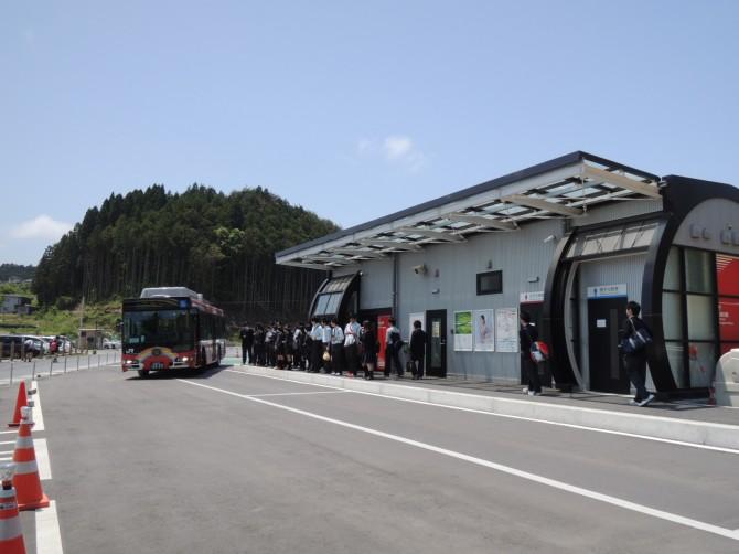 南三陸町志津川のBRT(代行バス)停留所。地元の高校生で車内は大賑わい