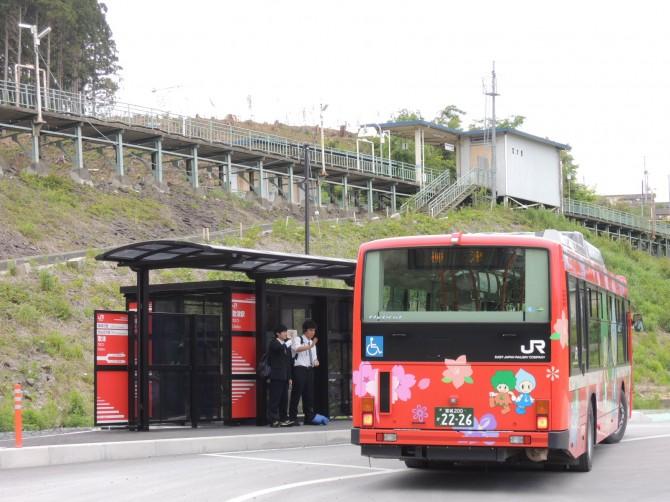 バス停にバス