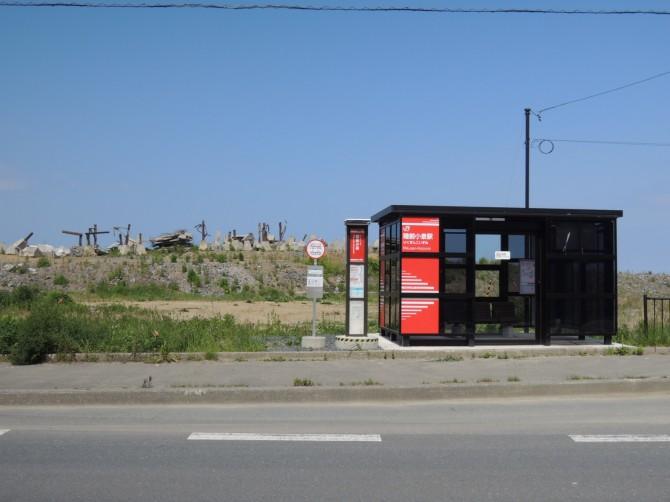 手前はJR代行バス(BRT)の停留所。奥は破壊された駅