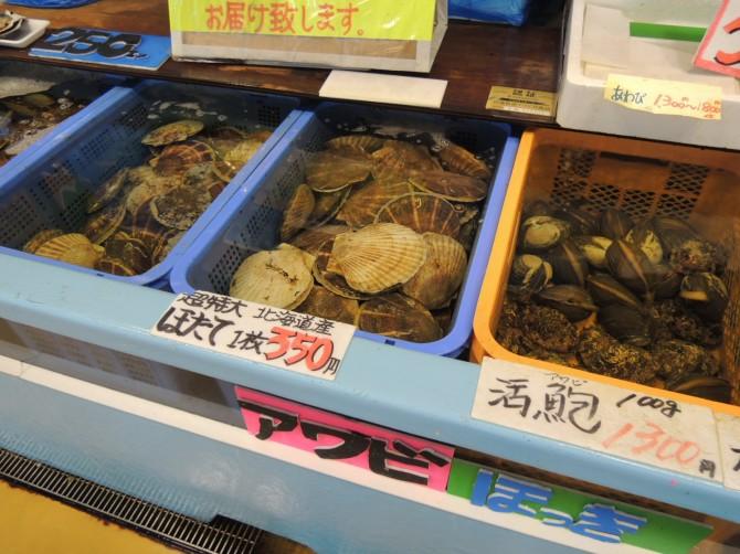 生簀の貝も生きてます