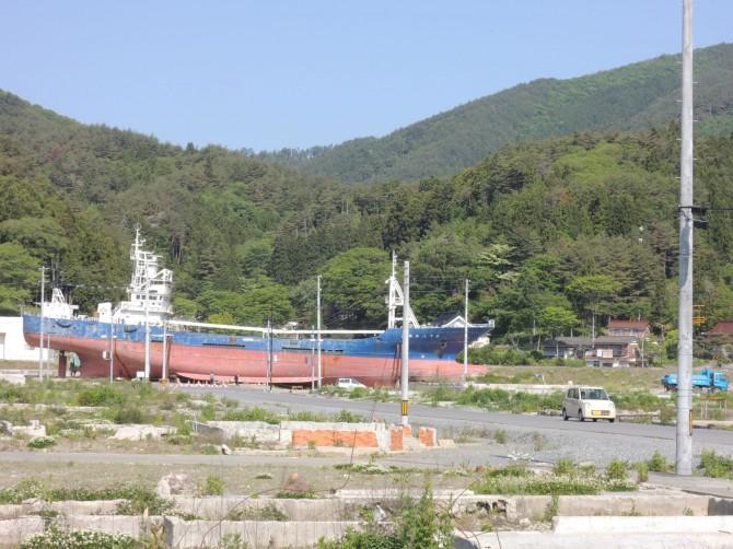 住宅街に打ち揚げられた延縄漁船