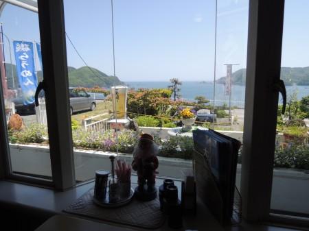 海を見おろす窓辺には、なぜか季節はずれのサンタクロース。恋人はサンタクロ~ス♪♪