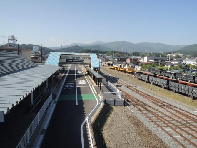 線路を撤去し、アスファルトで舗装してバス専用道路になった気仙沼線・盛駅(大船渡)