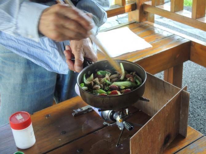 いい感じで、炒め物ができあがりました。ピーマン、タマネギ、エノキダケ