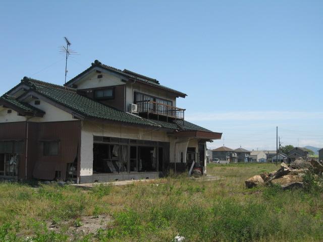 事業用地として再開発が決まった地域では、主を失った家が放置されたまま・・・