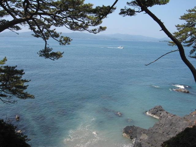 金華山周辺の海。沖合いを漁船がゆく。崖っぷちで撮影、足がふるえた~