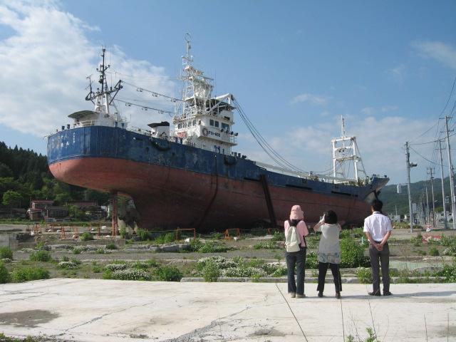 国道沿いの住宅街に打ち揚げられた延縄漁船。解体作業はストップしたまま・・・(気仙沼)
