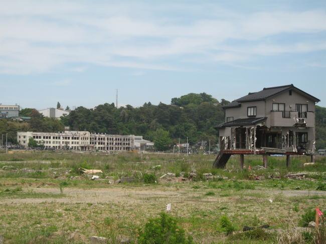 高台の手前に見えるのは小学校。大津波のあと火災が発生した