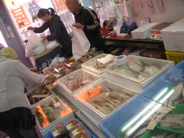 らっしゃい!らっしゃい! 安いよ、活きがいいよ、魚食べて元気だそう!!