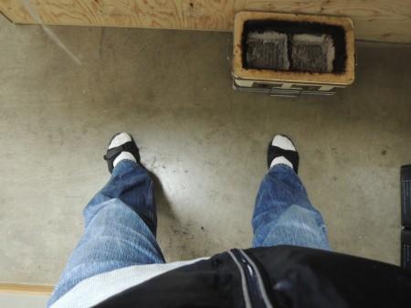 微妙に開いた足の角度に、心の動揺が見て取れる