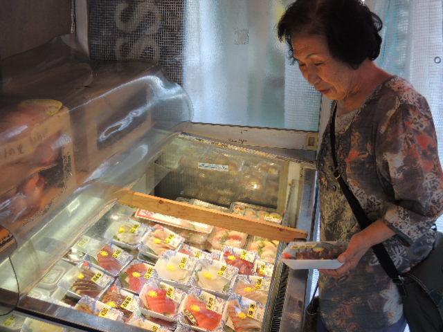 冷蔵ケースには、大将が仕込んだ「お造り」「魚屋のにぎり寿司」「しらす」がぎっしり