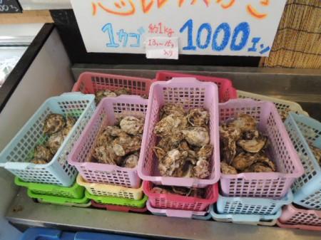 メインの牡蠣はかご一杯(15~16個)で千円