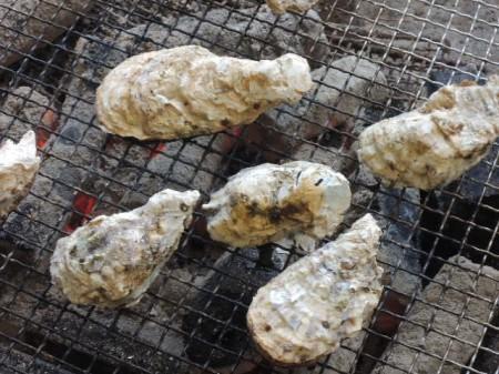牡蠣は焼くと貝殻がバーンとはじけて開くので、まとめて焼くことに・・・