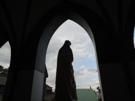 天主堂の正面玄関の立つ聖母マリア像