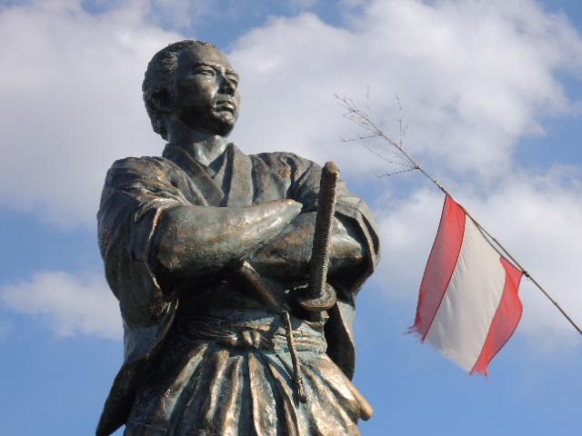 『日本を洗濯するぜよ!!』 長崎市を一望する丘の上に立つ坂本龍馬像