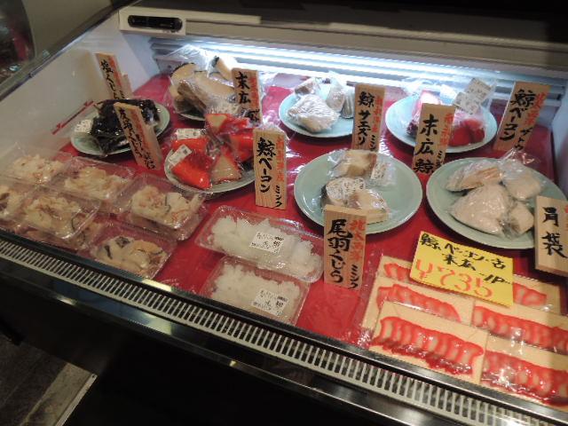 冷蔵庫には部位ごとに整理された鯨肉が美しく並ぶ