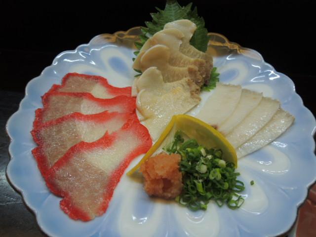 前菜の三色盛り(左から時計回りに ベーコン、末広、さえずり) 末広は顎から胸にかけて さえずりはその名のとおり舌です