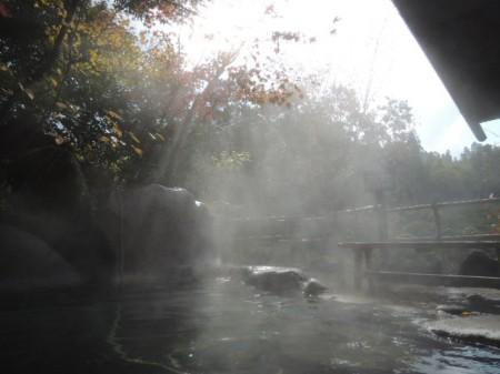 晩秋の日差しが湯煙にとける