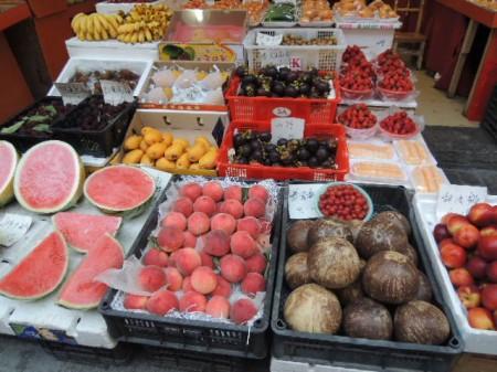 こちらはお店の軒先に並んだフルーツ。目移りします。