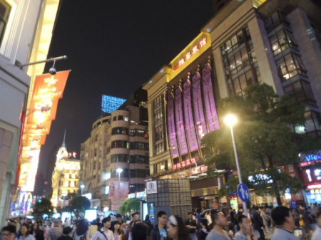 上海市の規則で店は深夜12時まで営業