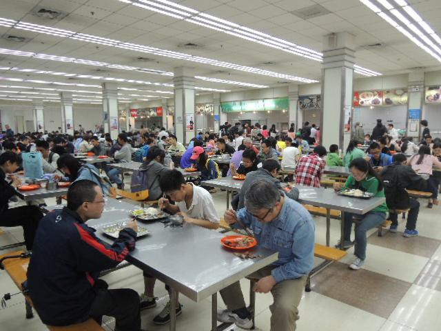 活気あふれる学食の風景は中国も日本も同じです