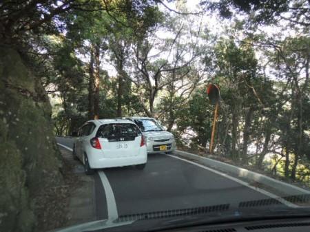 険しく狭い山道。対向車に出くわすとすれ違うのが大変・・・