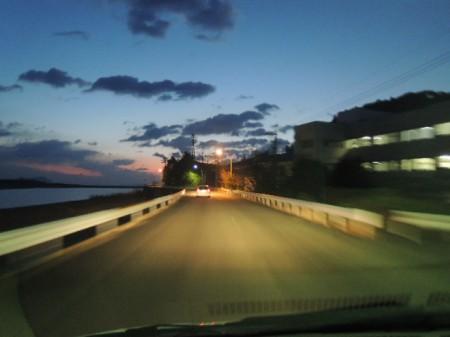 日の出前。漁船の出港時間に合わせて早朝からひた走る。