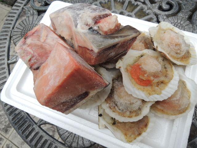 市場のBBQセットならでは。天然マグロのカマと大粒の帆立貝がドカンと入ってました。