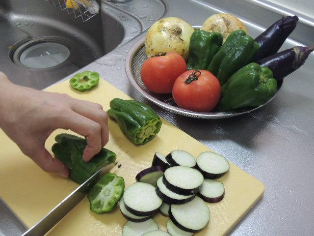 まずは野菜の下拵えから