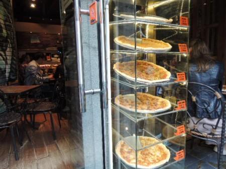 特大サイズが売りのピザ屋