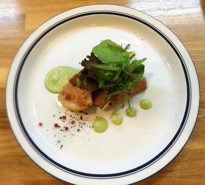 大山鶏のもも肉 枝豆ピュレソース